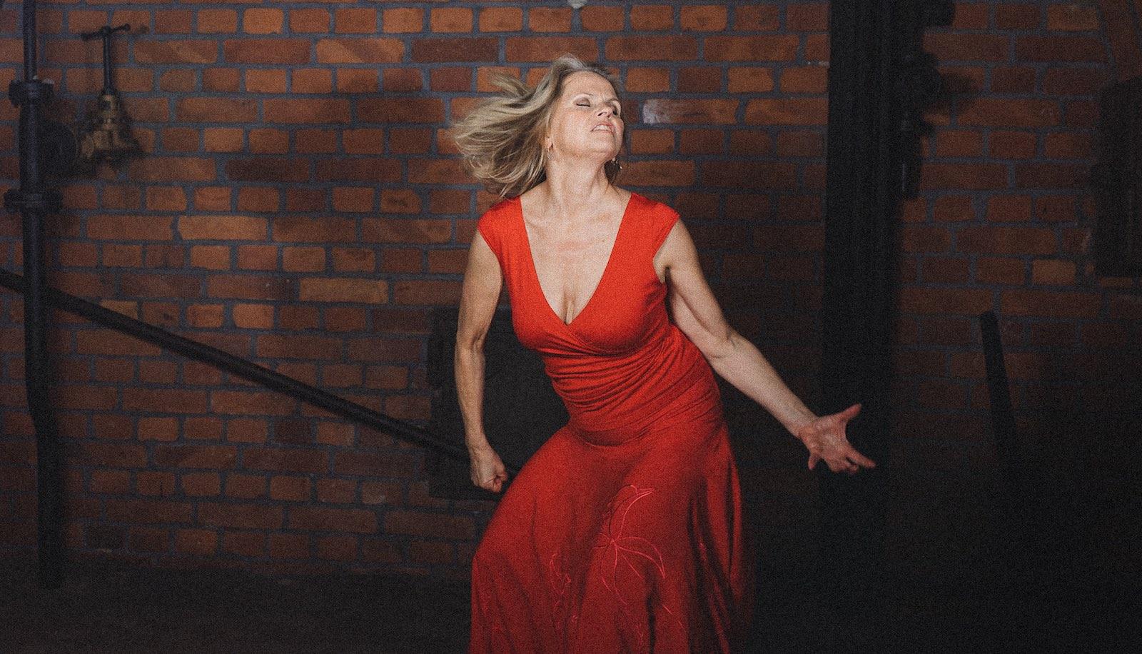 Kirsi Voutilainen tanssii Emotion Dance työpajassa